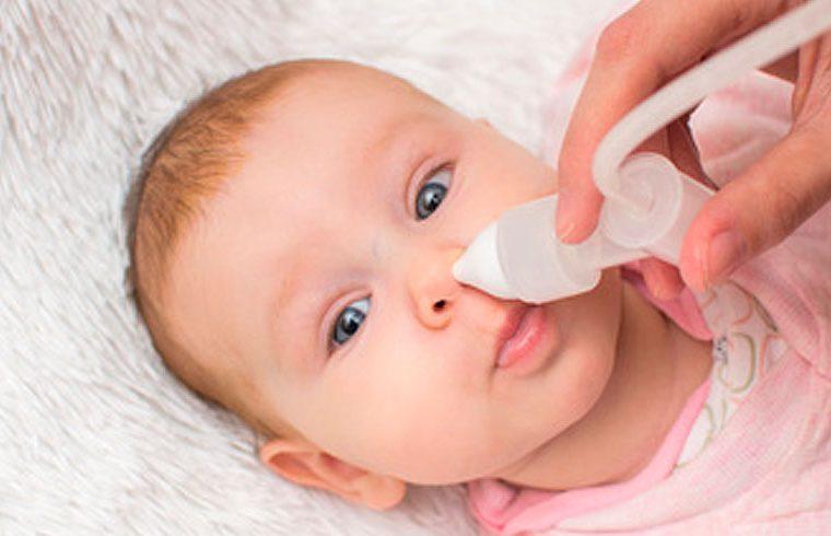 bebe con aspirador nasal