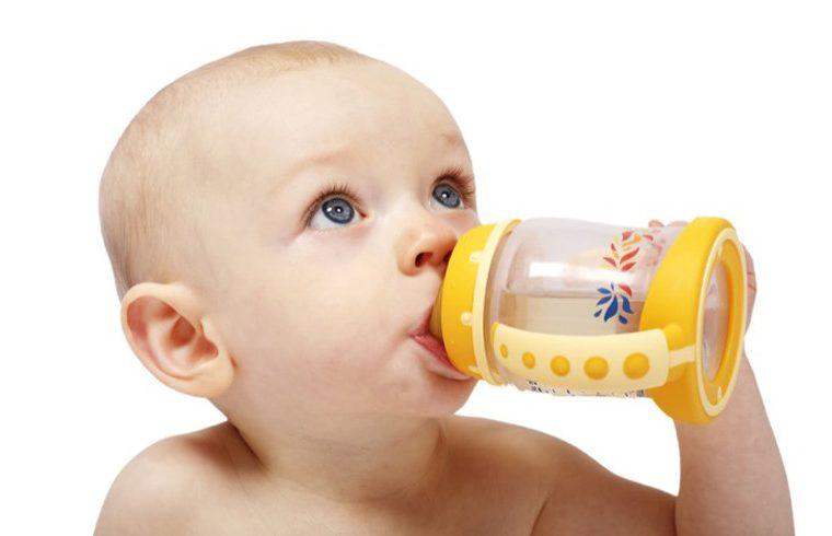 bebe bebiendo agua