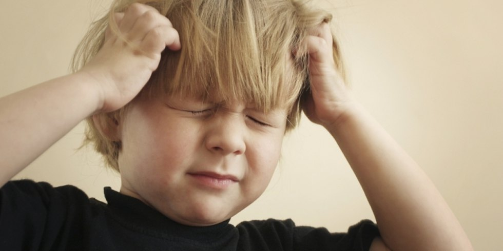 niño rascandose la cabeza por los piojos en los niños
