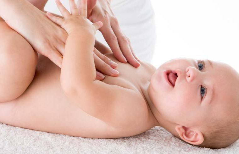 El momento de dar masajes en la tripita del bebé
