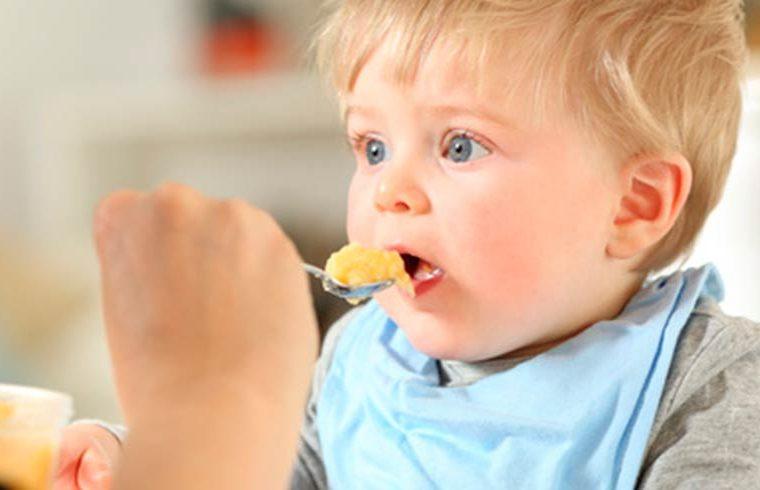 ¿Cómo ha de ser el babero de tu bebé?